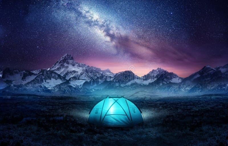 Campeggio Sulle Montagne Sotto Le Stelle immagini stock