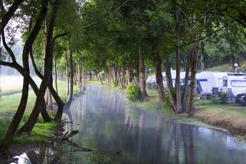 Campeggio vicino ad acqua in Francia immagine stock