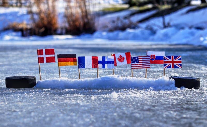Campeonato del mundo de 2019 IIHF en Eslovaquia Este las banderas representaron los estados que jugando en el grupo A en campeona fotos de archivo