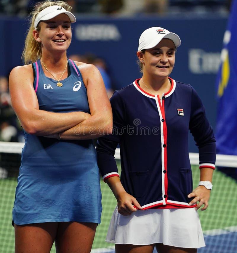 Campeones 2018 de los dobles de las mujeres del US Open Ashleigh Barty de Australia R y Coco Vandeweghe de los E.E.U.U. durante l fotos de archivo libres de regalías