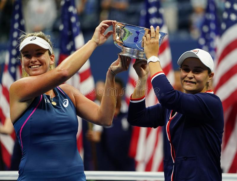 Campeones 2018 de los dobles de las mujeres del US Open Ashleigh Barty de Australia R y Coco Vandeweghe de los E.E.U.U. durante l fotografía de archivo