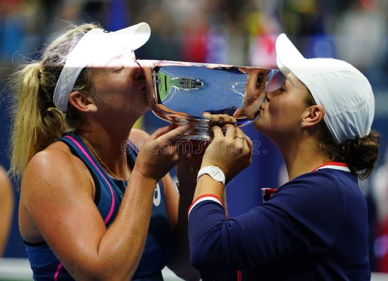 Campeones 2018 de los dobles de las mujeres del US Open Ashleigh Barty de Australia R y Coco Vandeweghe de los E.E.U.U. durante l fotos de archivo