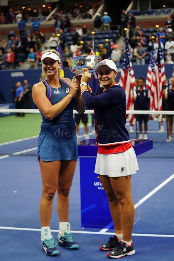 Campeones 2018 de los dobles de las mujeres del US Open Ashleigh Barty de Australia R y Coco Vandeweghe de los E.E.U.U. durante l imagen de archivo