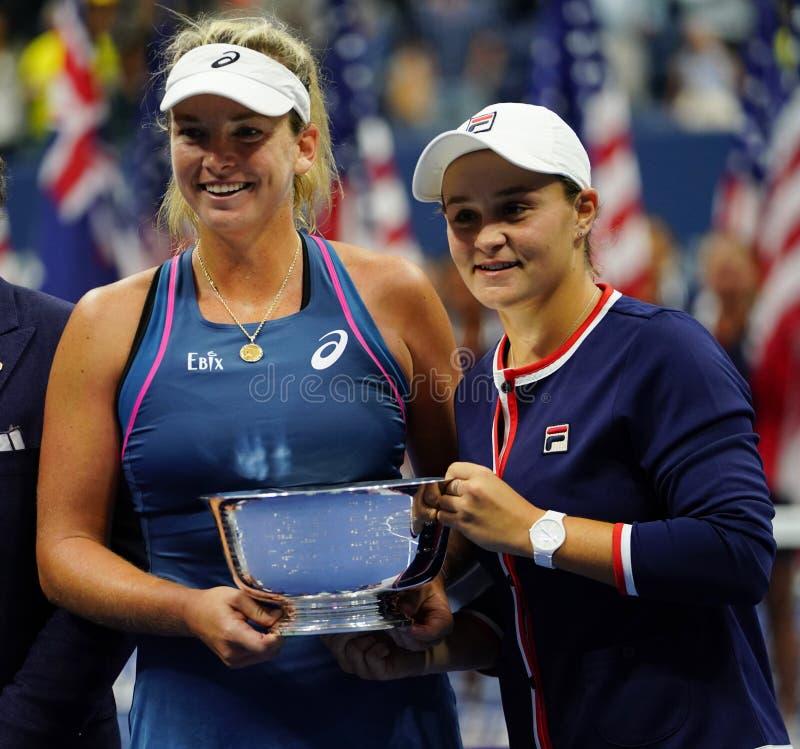 Campeones 2018 de los dobles de las mujeres del US Open Ashleigh Barty de Australia R y Coco Vandeweghe de los E.E.U.U. durante l imagenes de archivo