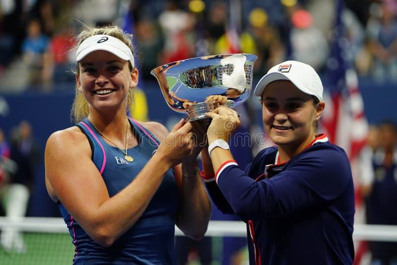 Campeones 2018 de los dobles de las mujeres del US Open Ashleigh Barty de Australia R y Coco Vandeweghe de los E.E.U.U. durante l imagen de archivo libre de regalías