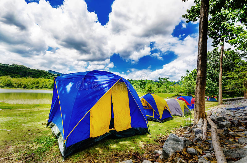 Camper avec la tente photographie stock libre de droits