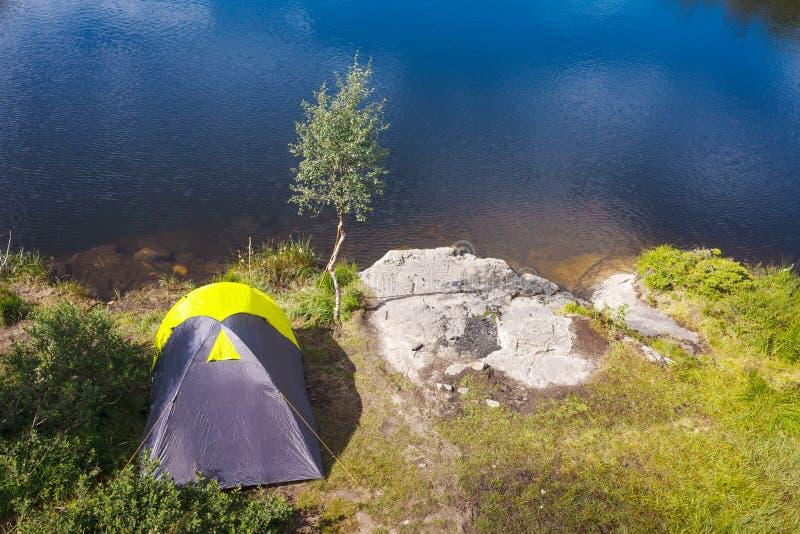 Camper dans la région sauvage images stock