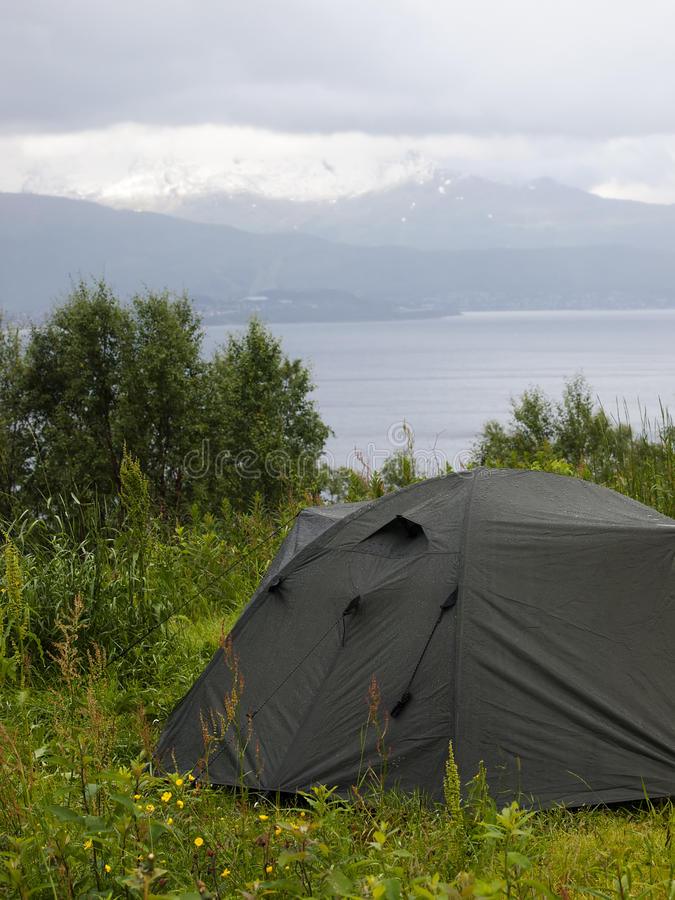 Camper dans la toundra photo libre de droits