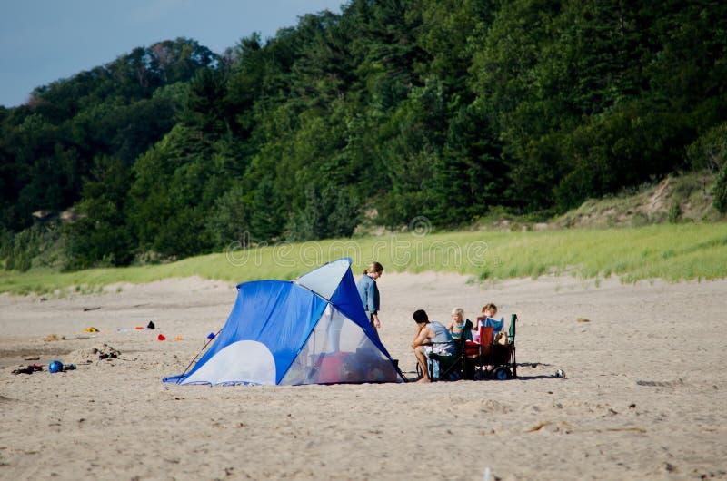 Camper dans une tente aux dunes photos libres de droits