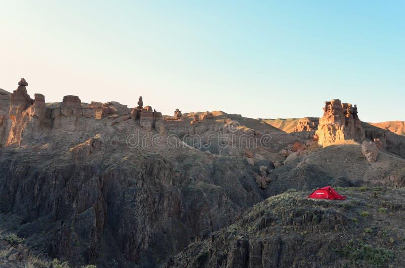 Camper en canyon de Charyn photos stock