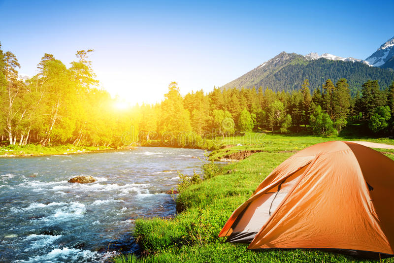 Camper en montagnes images libres de droits