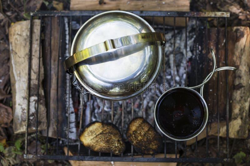 Download Camper Faisant Cuire Le Petit Déjeuner Image stock - Image du nourriture, baluchon: 76085487