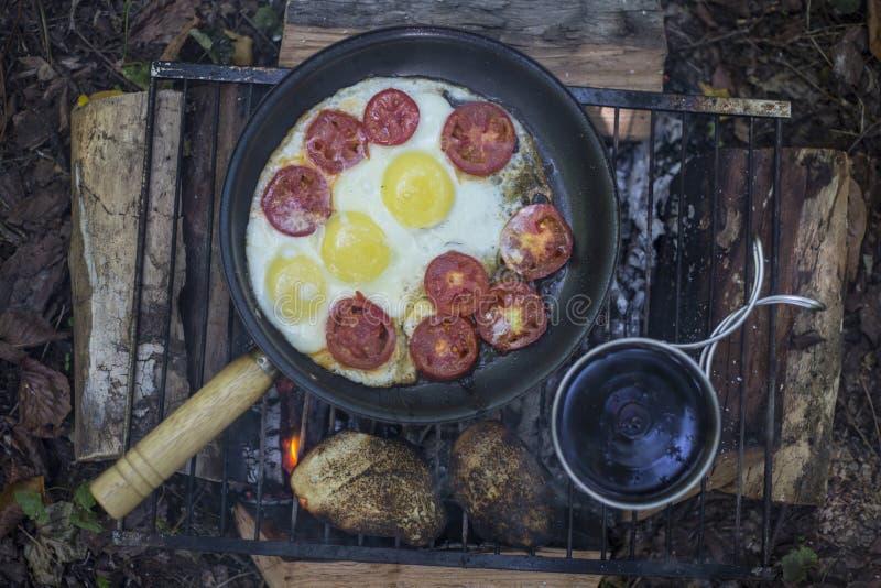 Download Camper Faisant Cuire Le Petit Déjeuner Image stock - Image du lifestyle, amitié: 76085525