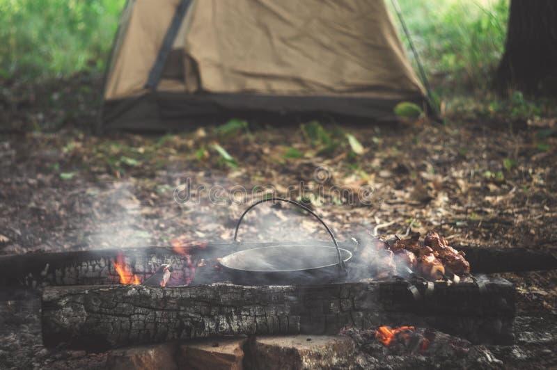camper Feu et tente dans le camp de touristes Détente en vacances en nature image stock