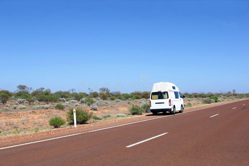 Camper lungo una strada del deserto, Australia immagini stock