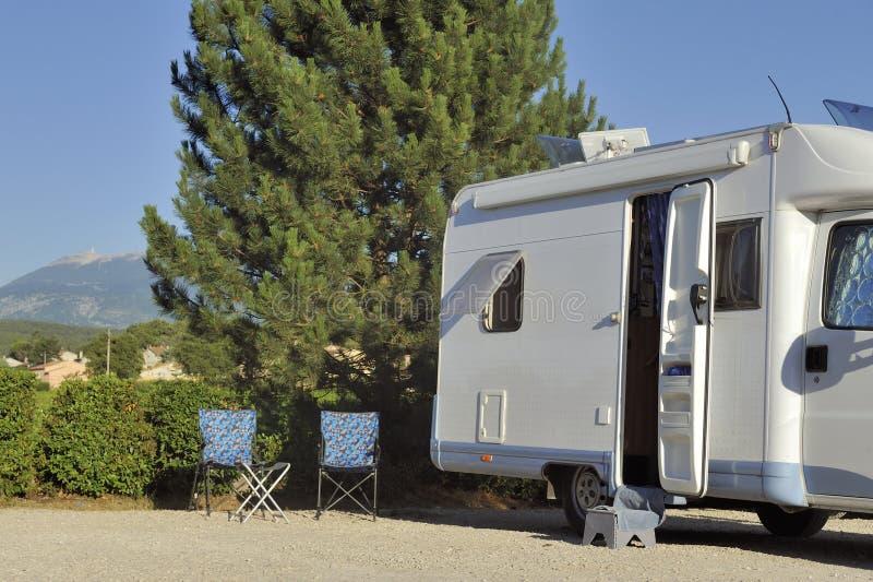 Camper mit Ansicht bei Mont Ventoux lizenzfreies stockbild