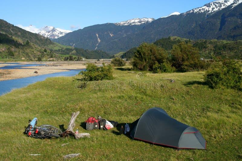 Camper par le fleuve photos libres de droits