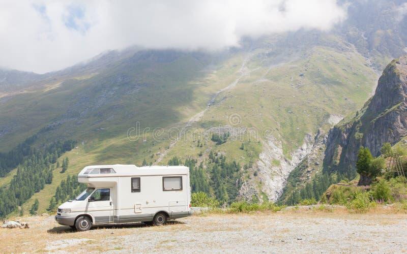 Camper parcheggiato su nelle montagne immagine stock