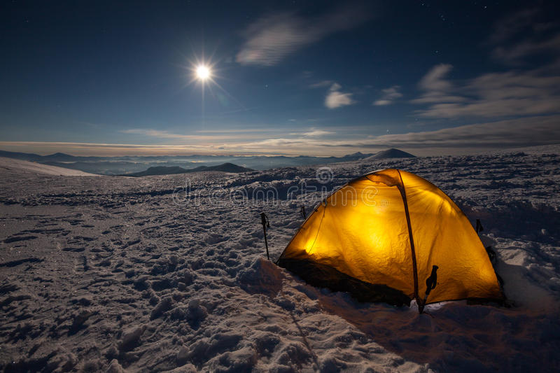 Camper pendant l'hiver augmentant en montagne carpathienne photos libres de droits