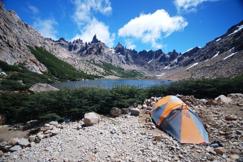Camper près d'un lac bleu images stock