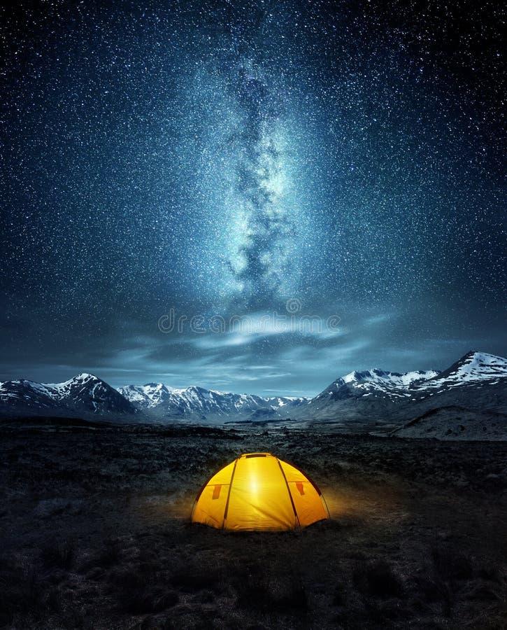 Camper sous les étoiles photos libres de droits