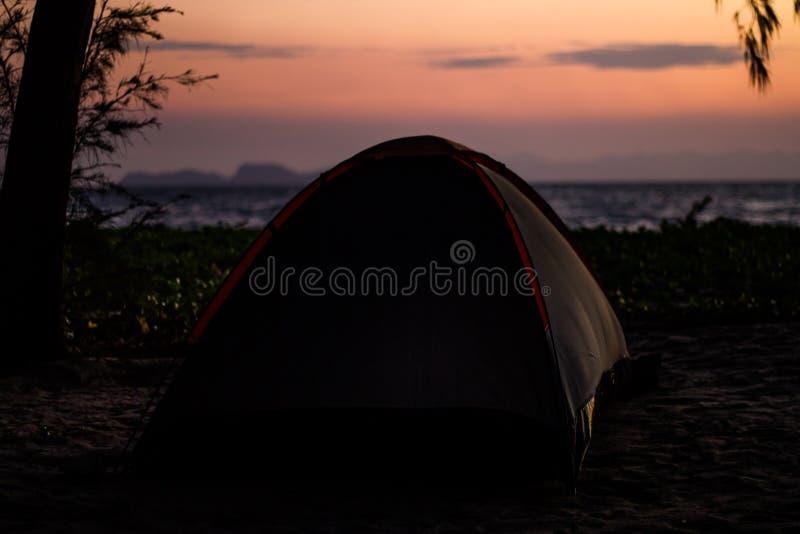 Camper sur la plage photographie stock