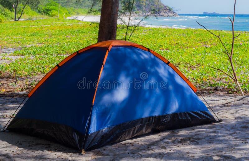 Camper sur la plage photos stock