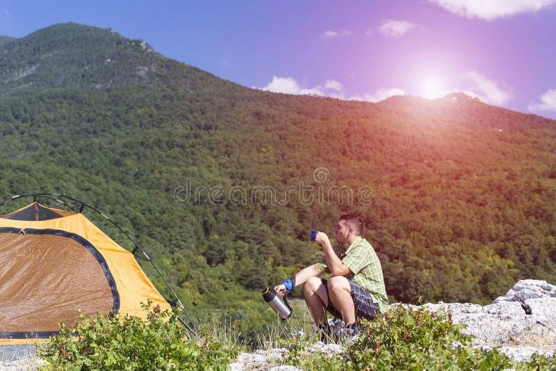 Camper sur le dessus de montagne photographie stock