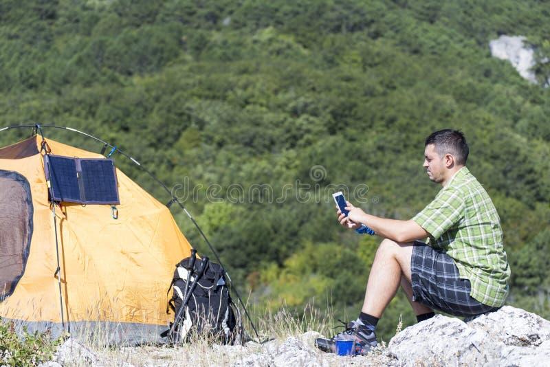 Camper sur le dessus de montagne image libre de droits