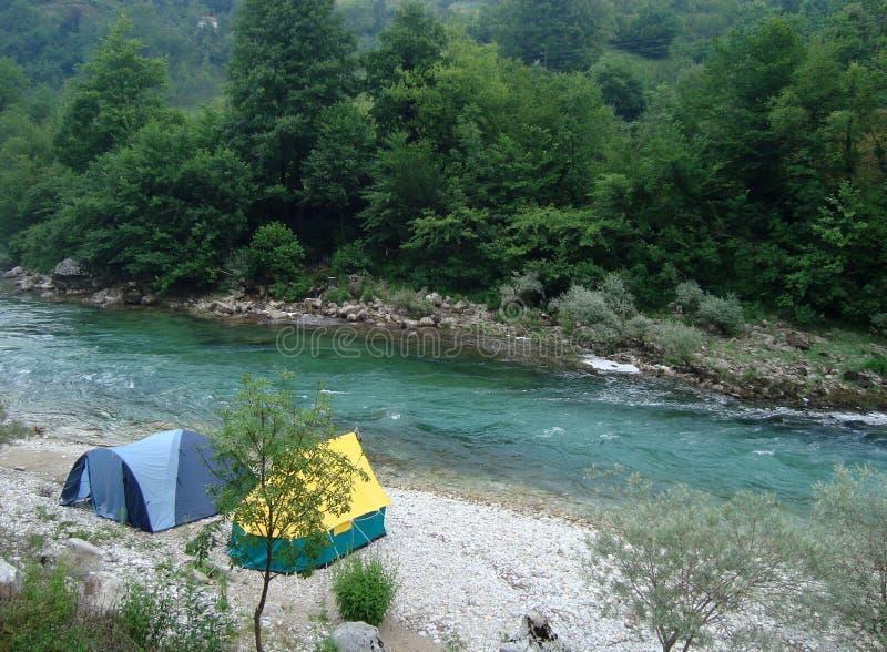 Camper sur le fleuve photo libre de droits