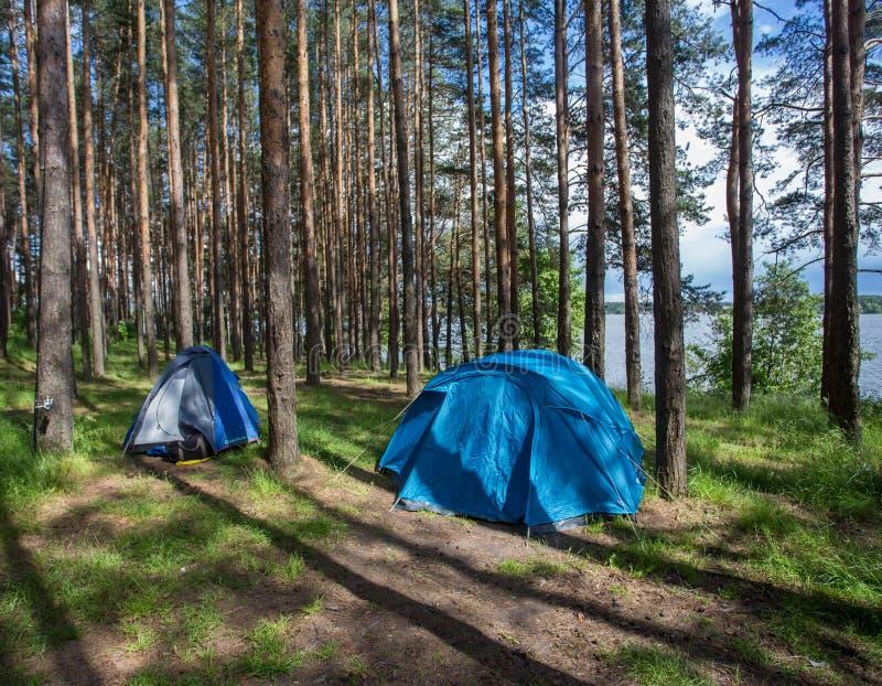 Camper sur les banques de la rivière photos libres de droits