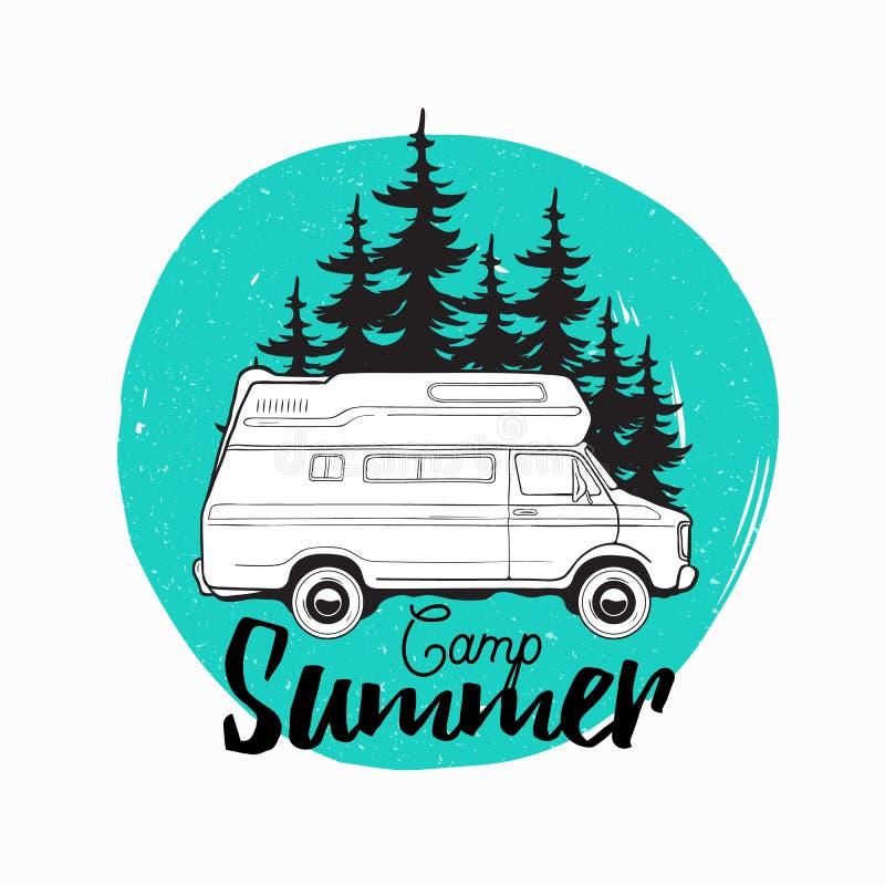 Campervan ή ψυχαγωγικής οχημάτων οδήγηση ρυμουλκών τροχόσπιτων, στο δρόμο ενάντια στα κομψά δέντρα στο καλοκαίρι υποβάθρου και στ ελεύθερη απεικόνιση δικαιώματος