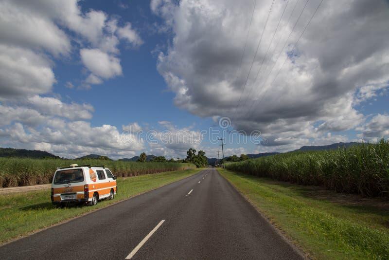 Campervan al lado del camino, Queensland, Australia foto de archivo