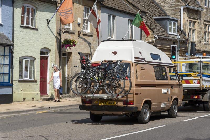 Campervan com bicicletas em racks na retaguarda fotos de stock