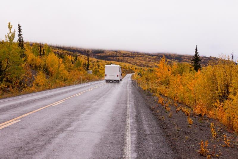 Campervan conduisant le Canada du Yukon de route de chute d'automne images libres de droits