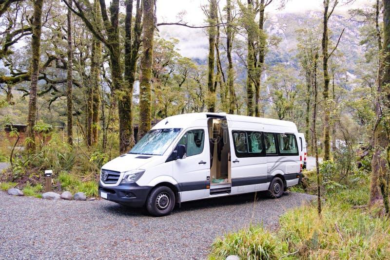 Campervan estacionou em um acampamento em Milford Sound foto de stock royalty free