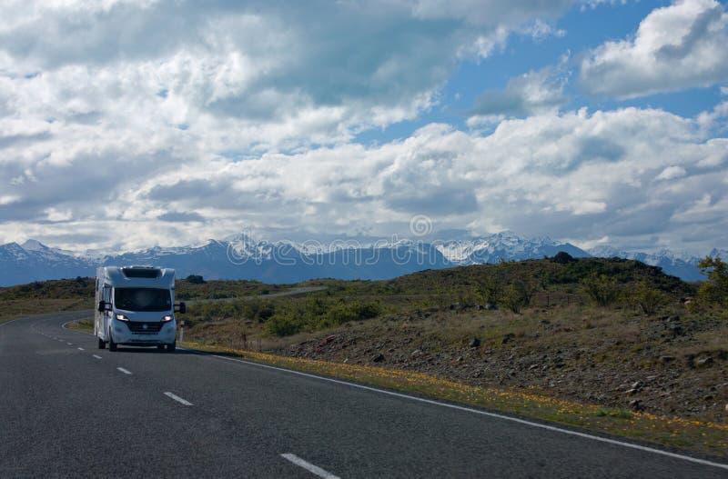 Campervan jeżdżenie na drodze w Nowa Zelandia zdjęcie royalty free