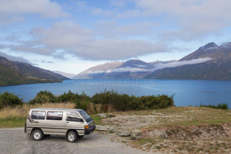 Campervan przed Jeziornym Wakatipu, Nowa Zelandia zdjęcie stock