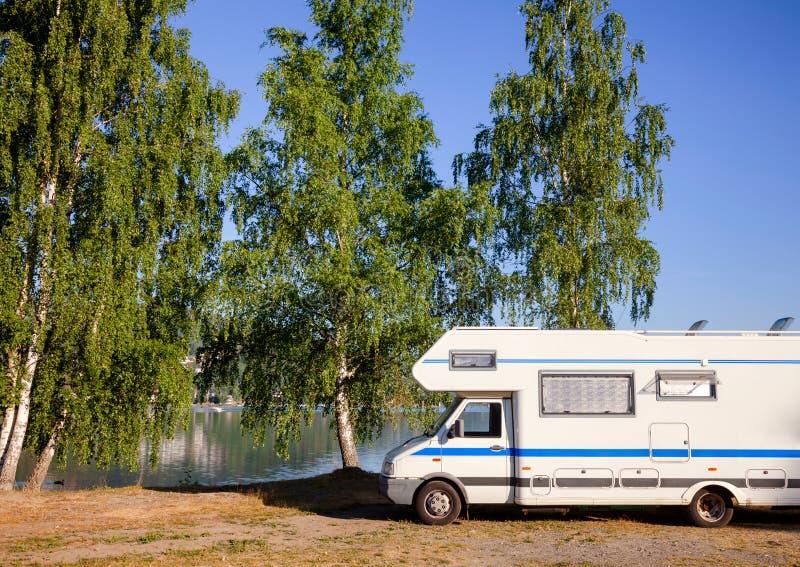 Campervan rv al campeggio norvegese immagini stock