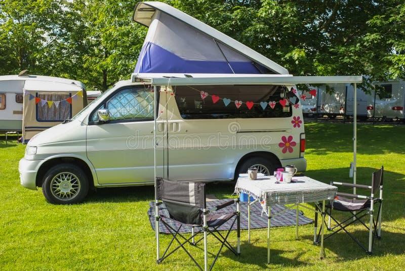 Campervan sur le terrain de camping image stock