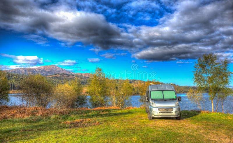 Campervan wildcamping w Szkocja Szkockim Loch Garry UK z górami colourful HDR obrazy stock