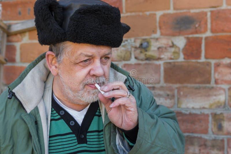 Campesino ucraniano barbudo con el cigarrillo imagen de archivo