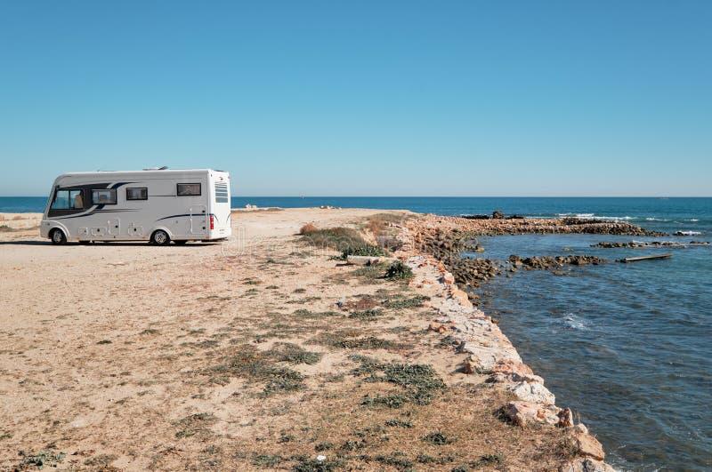 Campeur isolé sur la côte photographie stock libre de droits