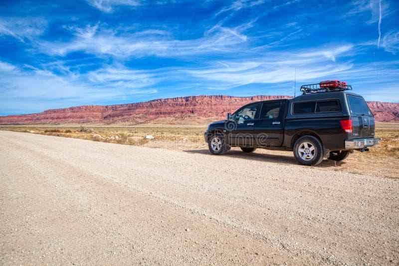 Campeur 4x4 tous terrains dans le monument national de falaises vermeilles photo stock