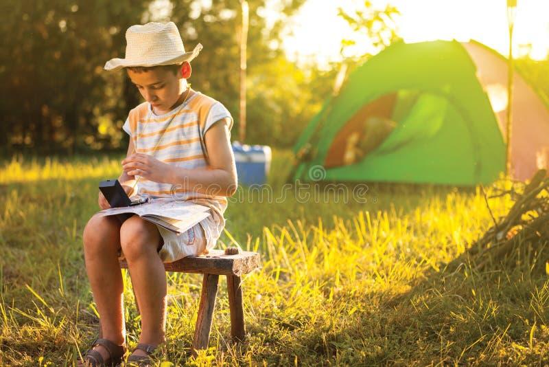 Campez dans la tente - famille sur le camping images stock