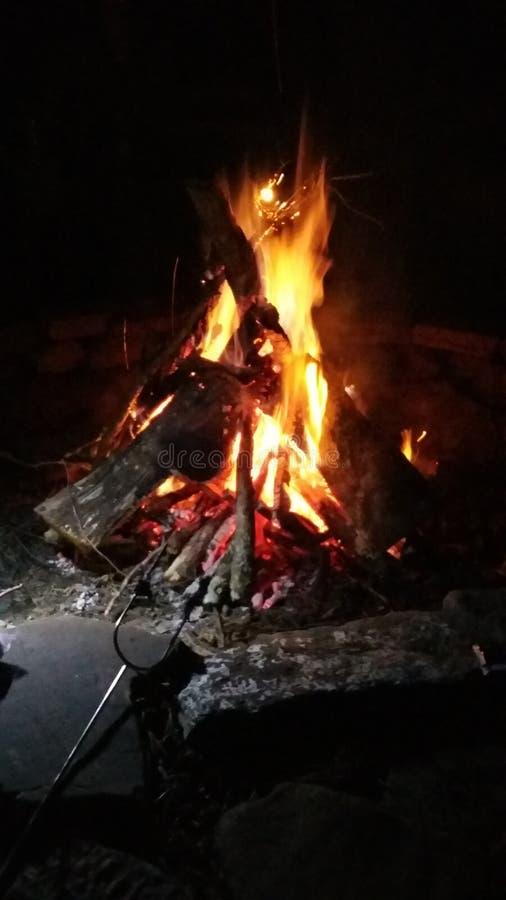 Download Campfire stock foto. Afbeelding bestaande uit brandwond - 114225342