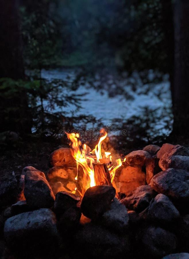 Campfire pelo rio fotos de stock royalty free