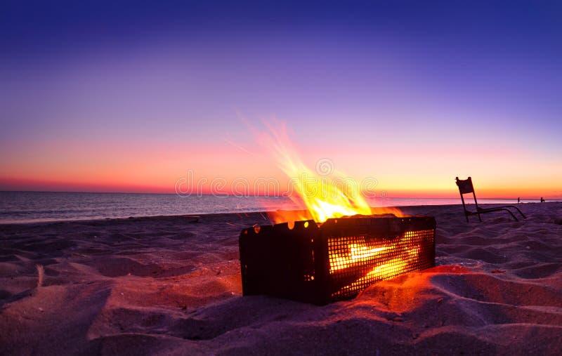 Campfire su una spiaggia di mare di notte fotografia stock libera da diritti