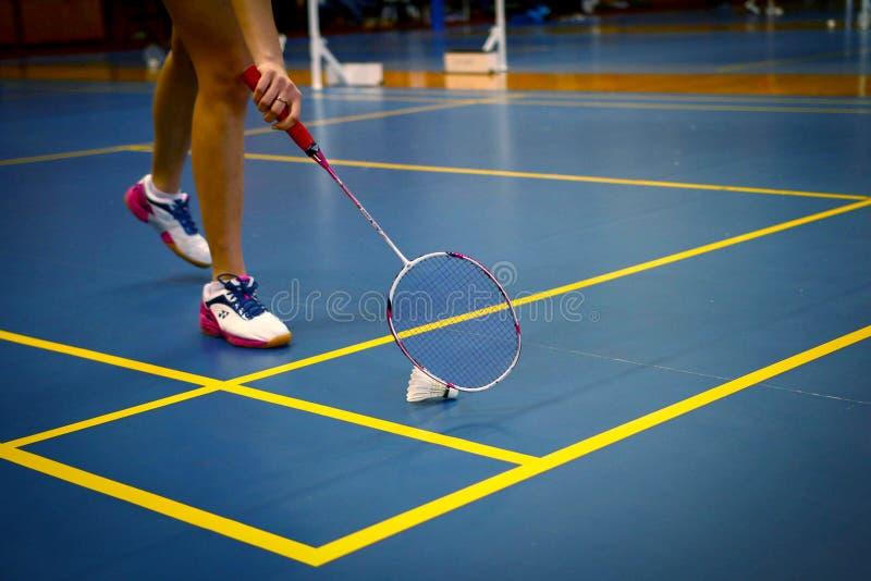 Campi da badmintoni con la concorrenza del giocatore fotografia stock