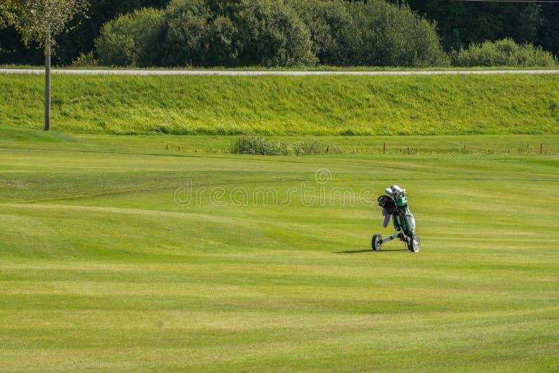 Campi da golf in Sigulda, Lettonia Paesaggio con i campi da golf immagini stock